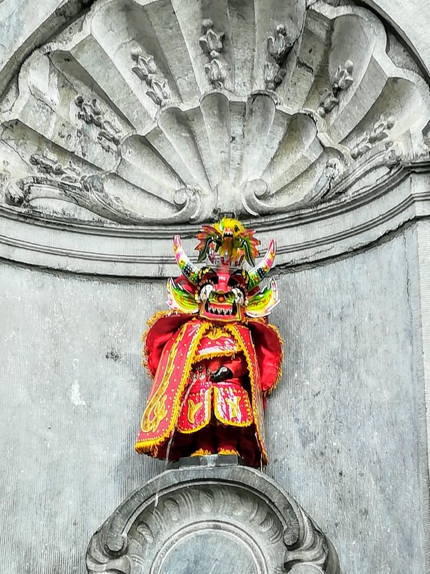 La famosa estatuilla de Bruselas del Manekeen Pis con vestimenta de Diablo en homenaje a la celebración el Carnaval de Oruro en Bruselas.